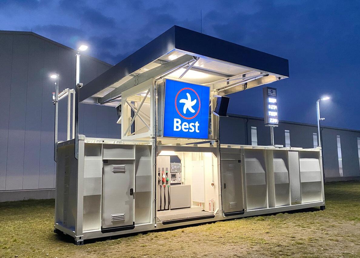 mannlose Automatentankstelle mit Dachaufbau und Beleuchtung